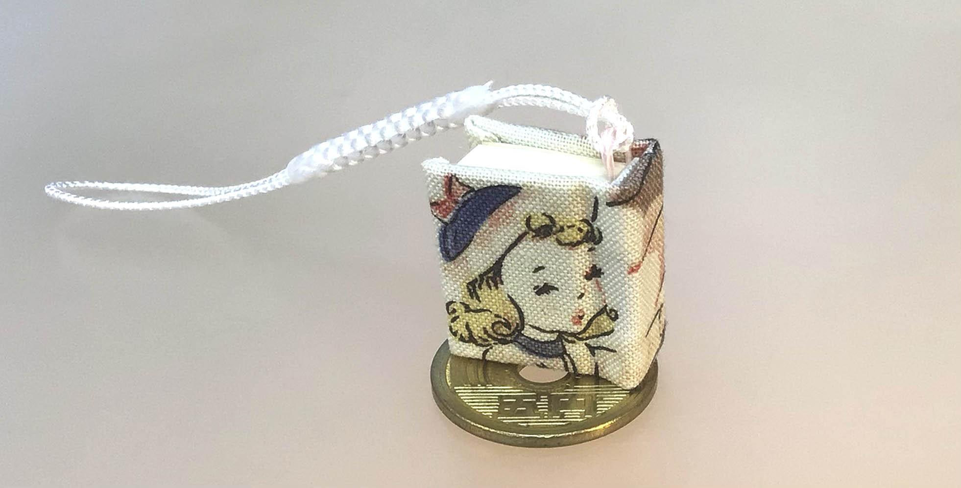 **日傘で顔を隠そうとする女(50年前の妻?)豆のーとストラップ ◎京都手作りお散歩